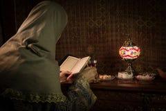Exponeringsglas av svart te i kvinnas hand på den låga ljusa vardagsrummet som är inre med matta Östligt tebegrepp Östliga mellan royaltyfri fotografi