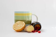 Exponeringsglas av te med citronen och ingefäran Royaltyfria Foton