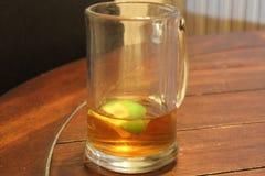 Exponeringsglas av te med limefrukt Royaltyfria Foton