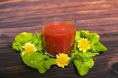Exponeringsglas av tomatfruktsaft på trätabellen, closeup Royaltyfri Bild