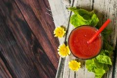 Exponeringsglas av tomatfruktsaft på trätabellen, closeup Arkivbild