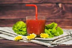 Exponeringsglas av tomatfruktsaft på trätabellen, closeup Royaltyfria Foton