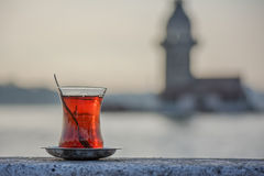 Exponeringsglas av turkiskt te i Istanbul Royaltyfri Bild