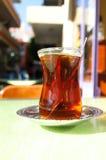 Exponeringsglas av turkiskt te i traditionella former Te i Turkiet arkivfoton