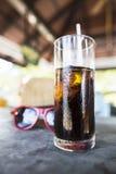 Exponeringsglas av uppfriskande med is sodavatten Arkivfoton