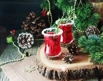 Exponeringsglas av varmt funderat vin för det nya året med ingredienser för att laga mat, muttrar och julpynt Arkivbilder