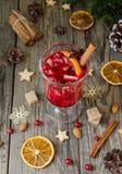 Exponeringsglas av varmt funderat vin för det nya året med ingredienser för att laga mat, muttrar och julpynt royaltyfri bild