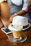 Exponeringsglas av varmt kaffe på den wood tabellen Arkivfoto