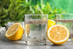 Exponeringsglas av vatten med den chiafrö och citronen royaltyfri bild