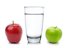 Exponeringsglas av vatten och äpplet arkivfoto
