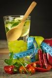 Exponeringsglas av vatten och en meter för skräddare` s bär fruktt grönsaker Begreppet av viktförlust banta sunt Royaltyfri Bild