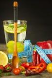 Exponeringsglas av vatten och en meter för skräddare` s bär fruktt grönsaker Begreppet av viktförlust banta sunt Arkivbilder