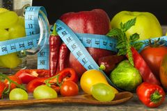 Exponeringsglas av vatten och en meter för skräddare` s bär fruktt grönsaker Begreppet av viktförlust banta sunt Arkivfoton