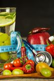 Exponeringsglas av vatten och en meter för skräddare` s bär fruktt grönsaker Begreppet av viktförlust banta sunt Royaltyfri Foto