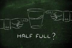 Exponeringsglas av vatten och händer som pekar, med halvfull text? Royaltyfri Bild