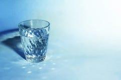 Exponeringsglas av vatten på den vita bakgrunden Arkivbilder