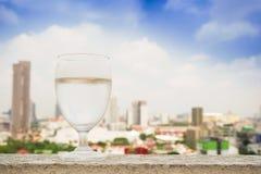 Exponeringsglas av vatten som förläggas på byggnaden i morgonen Royaltyfria Foton