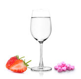 Exponeringsglas av vattenjordgubbe och preventivpillerar royaltyfri bild