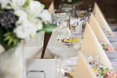 Exponeringsglas av vermut med citronen och dekorativa servetter på fliken Royaltyfria Foton