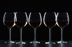 Exponeringsglas av vin i mörker arkivfoto