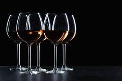 Exponeringsglas av vin i mörker royaltyfri foto