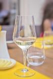 Exponeringsglas av vin i restaurang Grund DOF Arkivfoton