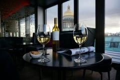 Exponeringsglas av vin i St Petersburg, Ryssland Royaltyfri Fotografi