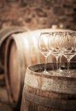 Exponeringsglas av vin i vinkällaren Arkivfoton