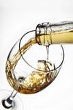 Exponeringsglas av vin med färgstänk Royaltyfri Foto