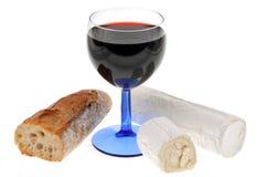 Exponeringsglas av vin med getost och bröd royaltyfria foton
