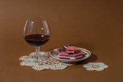 Exponeringsglas av vin med läcker marmelad royaltyfri bild