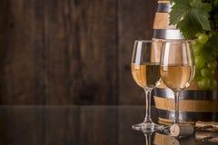 Exponeringsglas av vin med trumman och druvor royaltyfria foton