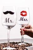 Exponeringsglas av vin med womanÂs hand på en vit bakgrund Exponeringsglas för kvinna och man vit wine lycklig livsstil romantike Arkivfoton