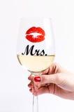 Exponeringsglas av vin med womanÂs hand på en vit bakgrund Exponeringsglas för kvinna och man vit wine lycklig livsstil romantike Royaltyfri Foto