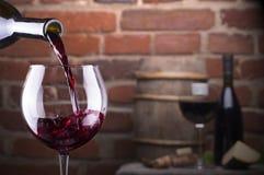 Exponeringsglas av vin mot en tegelstenvägg Royaltyfri Fotografi
