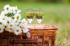 Exponeringsglas av vin och blommor Arkivfoto