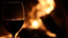 Exponeringsglas av vin och spisen stock video