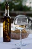 Exponeringsglas av vin, olivolja och bröd Fotografering för Bildbyråer