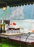 Exponeringsglas av vin på däcket av skeppet, Halong, Vietnam vertikalt royaltyfri foto