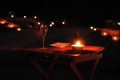 Exponeringsglas av vin på en utomhus- tabell Arkivfoto