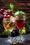 Exponeringsglas av vin på mörk träbakgrund, lodlinje Fotografering för Bildbyråer