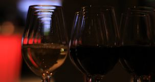 Exponeringsglas av vin på mottagandepartiet stock video