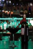 Exponeringsglas av vin på stången i aftonen Royaltyfria Foton