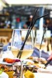 Exponeringsglas av vin på tabellen på lunchtiden Arkivbilder