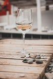 Exponeringsglas av vin på stranden Arkivfoto