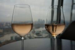 Exponeringsglas av vin vid fönstret med panoramautsikt Royaltyfria Foton