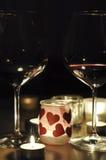 2 exponeringsglas av vin vid romantiskt stearinljusljus Royaltyfri Bild