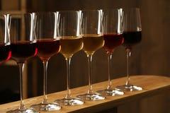 Exponeringsglas av viner Dyr samling royaltyfri fotografi