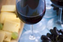 Exponeringsglas av vinmerloten, druvor stiger ombord kortet för tappning för den idérika menyn för beröm för aptitretaretappning  royaltyfri foto