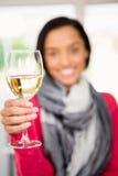 Exponeringsglas av vitt vin mot att le brunett Royaltyfri Foto